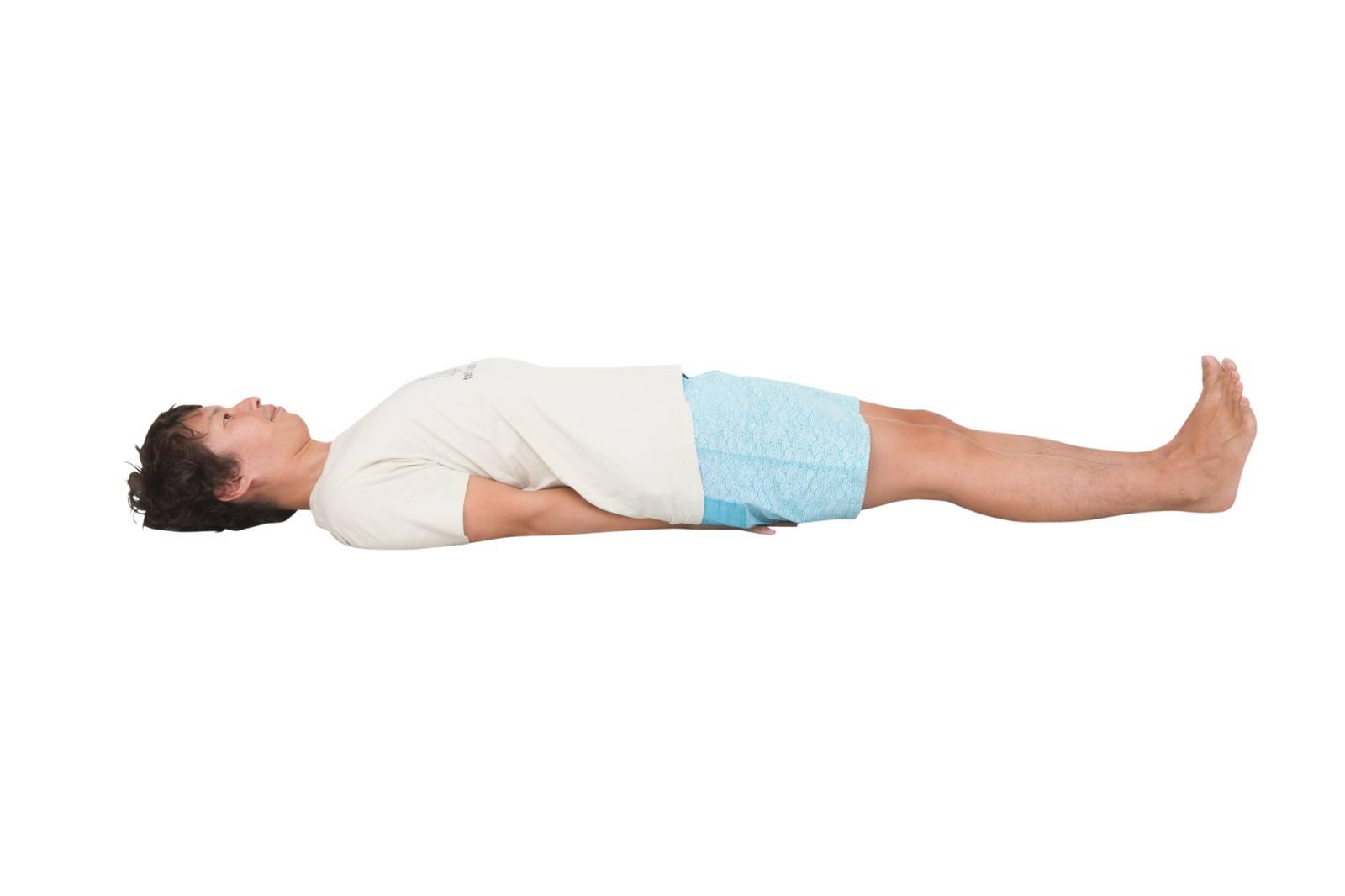 マッツヤーサナで大胸筋鎖骨部を伸ばす