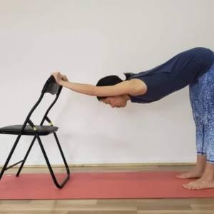 疲れて体を動かすのが面倒…そんな時こそヨガ!椅子を使った疲労回復ポーズ3つ
