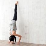 上級者向け|壁を使った腿裏伸ばしで立位の開脚ポーズをマスターしよう