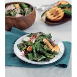 グリルした桃とビーツの若い葉のサラダ、明るいピンク色のドレッシング