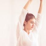 側弯症による背中の痛みはヨガで改善できる?