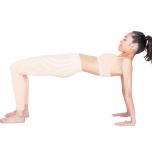 を立てて座り、両手を体の後ろに。背面の筋肉を使って床からお尻を上げる。全身の骨格を固定するイメージで30秒キープ。