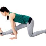 四つん這いからつま先を立て、右脚を前へ伸ばす。息を吐きながらお尻を後ろへ引き、前脚のハムストリングを伸ばして5呼吸
