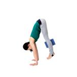 """全身の体重を手のひらへ移動させながら、""""腕に乗る""""感覚を養いつつ、両足揃え、ほんの少し膝を曲げて真上にジャンプ。お腹で全身を支えて。"""