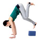 ブロックが落ちたら内転筋がゆるんでいる証拠。太腿を内側へ回転させる意識で。