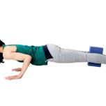 屈ジャンプに慣れたら、ブロックを挟んだまま両足を真っすぐ後ろへ引いてチャトランガダンダーサナへ。太腿の力をゆるめないで。これらの動きを10回繰り返す。