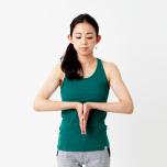 胸の前で手のひらを合わせ、指先を下に向ける。手首と手の甲を90度の角度にしてキープ。このとき、肩甲骨の付け根から力が伝わるイメージを持って。