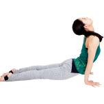 息を吸いながら両腕と足の甲で全身を支え、胸を腕より前に押し出す。できれば首を反らせてアップドッグ。これを1セットとして3セット。