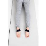 アップドッグのとき、足の裏は真っすぐ平行に床において足の甲で床をプッシュする。