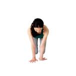 片方の腕の肘から下だけを前へ向ける。肩は外に開いたままキープ。反対側も。