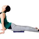 太腿の下に薄いタオルなどを置き、太腿が触れないようにチャトランガから両腕を伸ばし、後屈する。3回を目標に。