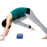 腹筋を使い、右脚を胸へできるだけ引き寄せる。背中は軽く丸め、このままの姿勢で5呼吸キープする。