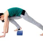 そのまま右足を大きく踏み出し、ブロックをまたぐ。足を踏み出すとき、ブロックに触れないように腹筋の力を抜かないで。