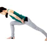 足を前後に大きく開き、前の膝が90度になるまで踏み込む。頭から後ろ足のかかとが一直線になるように。