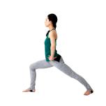 腰に手を当て、後ろ足に重心を乗せて上体を起こす。後ろ足の小指を床から離さず、土踏まずのアーチを引き上げることを意識。
