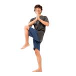 両脚を揃えて立ち、胸の前で合掌。左膝を曲げて高めに上げる。上体を左にツイストし、右肘と左膝をタッチして50秒。反対側も。