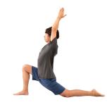 右膝を曲げて一歩踏み出し、膝の真下にかかとをおく。左脚を後ろに伸ばし、両手を上げて10呼吸。反対側も。難しい場合は膝に手をおく。
