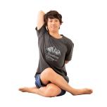 左膝を下にして両膝を重ね、かかとをお尻の横に。右腕を上にして背中で両手を組み、5呼吸。反対側も。お尻が浮く人はあぐらに。