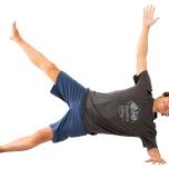 左側を下に横向きに寝る。左腕の肘から下を床につけ、両足先を正面に。腰を上げ、右脚を上げて5呼吸。反対側も。難しい場合は、腰を上げずに脚だけ上げる
