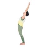 起吸う息で両手を上げ上体を反らす。