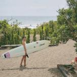 波がよければサンセットサーフィンへ行く日も。