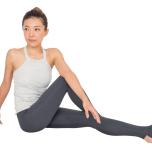 亀のポーズで股関節周辺を整え、リラックス。片膝を立てたねじりのポーズは背骨の調整に。