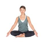 楽に座り、目を閉じて今を意識。吸う息で自分の軸をつくり、吐く息でスペースをつくる感覚で呼吸をする。