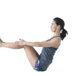体育座りから両腕を床と平行に前方へ伸ばす。息を吸いながら背筋を伸ばして骨盤を立てたら、両足も床から浮かせる。