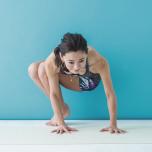 内腿を締め、両膝がずれないように合わせたままかかとを浮かせて、ねじりを深めながら5呼吸。反対も同様に行う。
