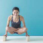 吐きながら腕を伸ばして体を持ち上げる。腕の力ではなく、腹筋を使って体重を支える意識で5呼吸キープ。
