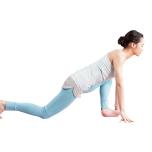 右脚を後ろに引き、床に膝をつける。左膝を90度に曲げて左へ倒し、左脚の内転筋、臀筋を伸ばす。反対側も同様に。
