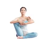 あぐらになり、右足裏を両手で持つ。両腕で右脚のすねを抱え、胸を高く上げ、股関節まわりの筋肉を刺激。反対側も。