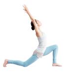 左膝を曲げ、右脚を後ろに引き、床に膝をつける。両手を高く上げ、左腿裏の伸びを感じながら軽く後屈。反対側も同様に。