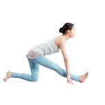 左膝を曲げて床につけ、右脚を前へ伸ばす。両手を床につき、右腿裏の伸びを感じながら上体をゆっくり前傾。反対側も同様に。