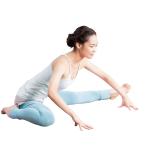 90度に開脚し、右膝を曲げ、かかとをお尻につける。骨盤から上体を前に傾し、両手を床につく。反対側も。