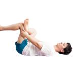 余裕があれば、左足を床から上げる。両手で左脚の腿裏を持ち、上体に引き寄せ4呼吸キープ。反対側も。