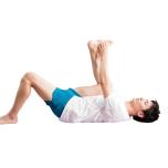 下の脚を伸ばすときつい場合は膝を曲げて。腰は浮かないよう床にしっかりつけよう。