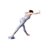 壁に向き合い、両足を前後に開き、右足のかかとの下にブロックを置く。上体を前へ倒し、肘を軽く曲げ両手を壁につく。反対側も同様に。