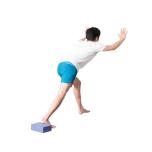 きつい人は、前に出した脚の膝を曲げて足幅を狭めて。背中は丸めず、まっすぐにキープ。