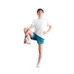 膝を伸ばすのが難しい場合は膝を曲げ、足裏の母指球のあたりにタオルやベルトをかけ、上げられるところまで脚を上げて。