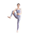 脚に体重をのせる。ゆっくり上体を持ち上げ、お腹を引き上げてバランスをとる。右足首は90度にキープ。