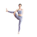 軸ここからは、ハムストリングスの柔軟性へのチャレンジ!軸足をまっすぐに伸ばしたまま胸を高く持ち上げ、右膝をゆっくりと伸ばしていく。