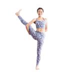 さらに膝を伸ばし、脚を斜め上に上げる。軸足の太腿を少し後ろに引き、右座骨を前に出すと安定しやすい。