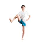 上げている右脚の太腿裏を右手で支えて。左手を腰に当てるとバランスがとりやすい。