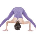 両脚を大きく開き、股関節から上半身を前へ倒す。両手を床について5呼吸キープ。