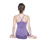 右膝の上に左膝を重ね、両脚を交差させて座る。両手を足の甲において5呼吸キープ
