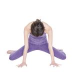 両脚の交差を解きながら前を向き、体の前に両手をつく。膝をできるだけ開いて背中を丸め、5呼吸。