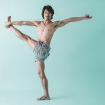 左膝を伸ばし、左手を肩の高さまで下ろして完成。