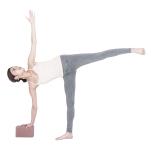 上げた脚は、股関節から広げるイメージで。軸足は、股関節からかかとを押すようにしっかり床を捉えて立つ。
