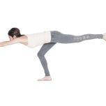 腰が丸くなるとポーズの効果がダウン。手足を前後に引き離す感覚で背骨を伸ばして。